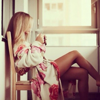 coat roses white bath robe bathrobe flowers vintage blonde hair coffee rose red rose red roses floral cozy sweater cardigan pajamas nighty pink mornings thick warm girly chilling