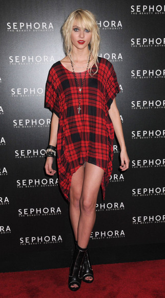 taylor momsen dress plaid red the pretty reckless, taylor momsen, black oversize red shirt red dress