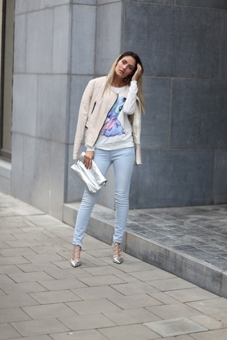 from brussels with love blogger blouse jeans jacket shoes bag nude jacket metallic clutch clutch high heel pumps skinny jeans stitch