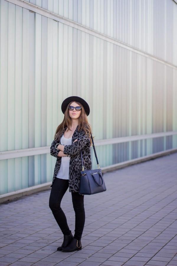 frau eismann coat t-shirt hat jeans shoes bag sunglasses