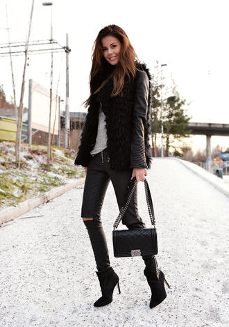 blogger bag leather jacket stylista black jeans faux fur