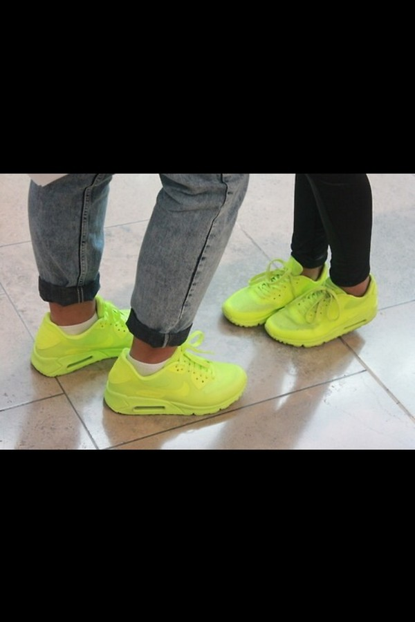 shorts neon yellow shoes