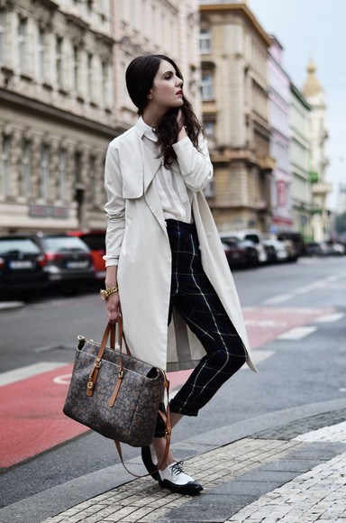 trench coat views by laura blogger jewels bag