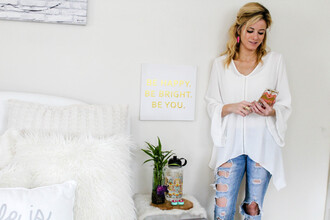 the knotted chain - a style blog by kim tuttle blogger ripped jeans white blouse