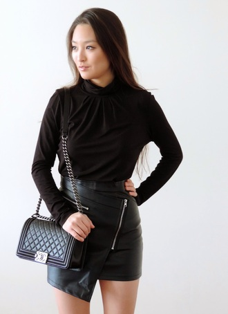 sensible stylista blogger quilted bag chanel bag all black everything leather skirt