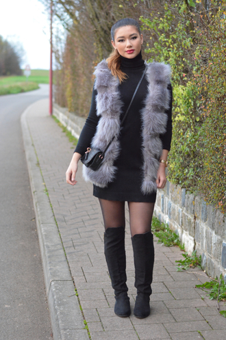blogger sweater jacket bag shoes coat dress turtleneck faux fur fur vest black dress overtheknee raspberry jam