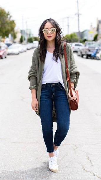 cardigan white t-shirt green cardigan skinny jeans white sneakers brown bag blogger sunglasses
