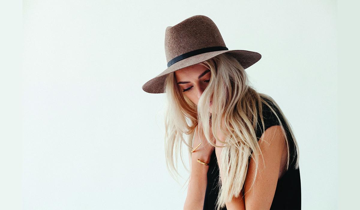 Фото стильной блондинки в шляпе
