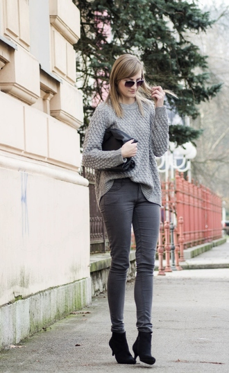 katiquette blogger grey sweater grey jeans