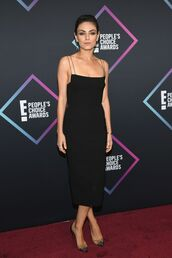 shoes,pumps,celebrity style,celebrity,mila kunis,midi dress,black dress,little black dress,people's choice awards