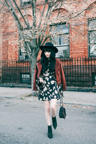 jag lever blogger fall dress fall outfits suede jacket floral dress