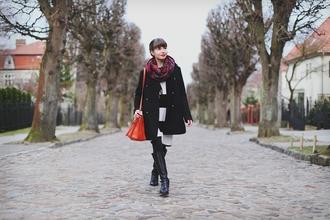 kapuczina blogger black coat striped dress leather bag