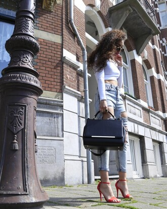 from hats to heels blogger top jeans bag shoes sunglasses