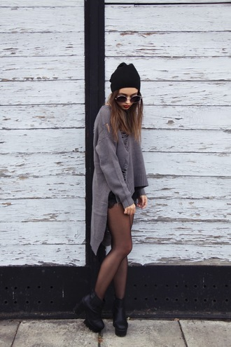 lila janowska blogger hat sunglasses sweater shorts shoes jewels