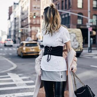 belt nude cardigan hun tumblr corset belt t-shirt white t-shirt cardigan pants black pants vinyl black vinyl pants bag black bag chain bag hair blonde hair