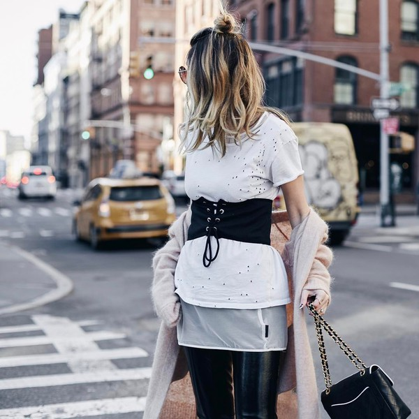 belt nude cardigan hun tumblr corset belt t-shirt white t-shirt cardigan pants black pants vinyl black vinyl pants bag black bag chain bag hair blonde hair