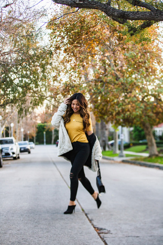 my white t blogger jewels t-shirt jacket jeans bag yellow t-shirt winter outfits black jeans shearling jacket