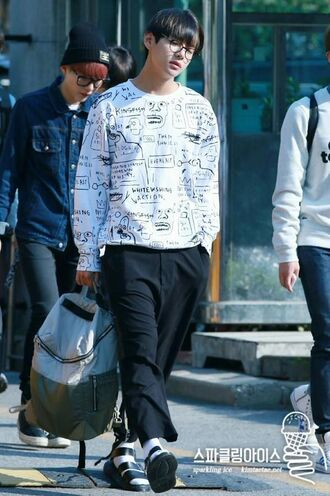 sweater bts taetae tae oversized nice cool kstyle kpop idol white black soft warm kim taehyung bangtan boys korean fashion korean style korean idol kop idol streetwear streetstyle