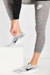 leggings,nike,nike running shoes,grey sneakers,workout,gym,sportswear,nike shoes,workout leggings,nike sportswear,grey leggings