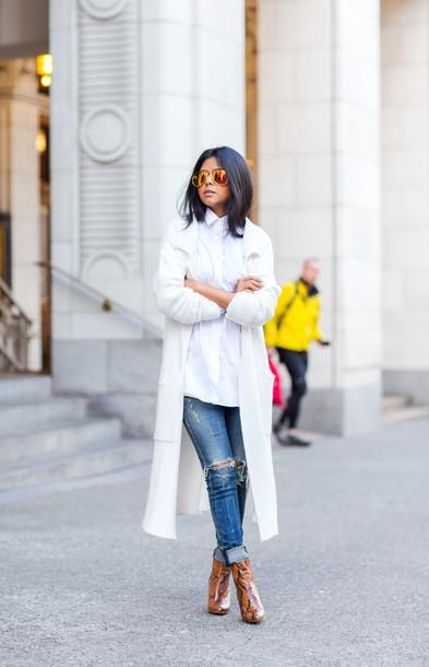 walk in wonderland blogger long coat white coat ripped jeans snake skin booties white shirt white long coat