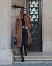 coat,fur coat,brown coat,black jeans,ankle boots,black boots,black bag,black t-shirt