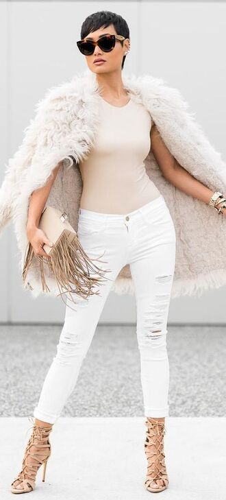 coat white and beige outfit winter coat fur coat white coat top beige top jeans white jeans white ripped jeans ripped jeans sunglasses bag fringed bag fringes winter outfits winter look white winter outfit