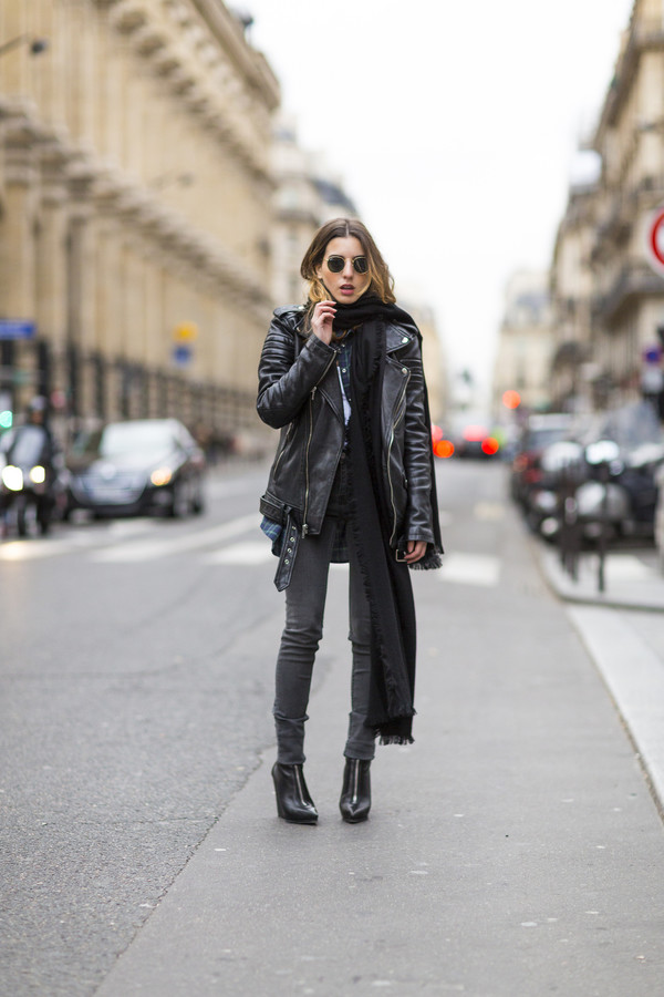 sarah co mode ton look blogger scarf leather jacket grey jeans rock le fashion jacket jeans shoes london rebel