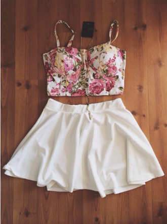 badass gold chain yellow shirt shorts bustier girly crop tops floral pink grunge skater skirt gold necklace white skirt graphic tee black and white high waisted