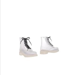 shoes clear transparenz kylie jenner transparent transparent shoes miley cyrus selena gomez ariana grande rihanna drmartens boots flat boots