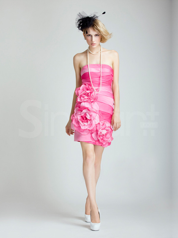 dress strapless and sleeveless prom dress with mini train. made of satin andembelished with flowers