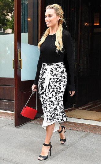 skirt top sandals hairstyles margot robbie midi skirt black and white shoes fall outfits givenchy red bag
