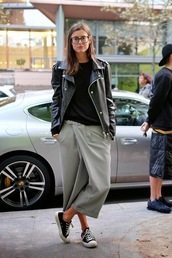 le fashion image,blogger,culottes,leather jacket,jacket,t-shirt,pants,top,grey,converse,glasses