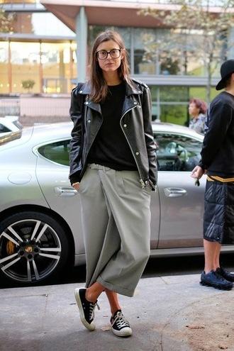 le fashion image blogger culottes leather jacket jacket t-shirt pants top