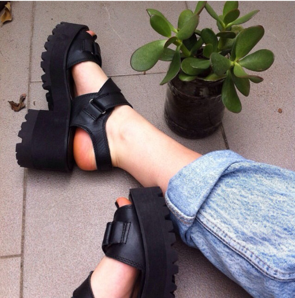 shoes atropina tghr7 black sandals tumblr black shoes shoes black wedges straps straps strappy strappy wedge soft grunge sweet cool dope amazing black high heels high heel sandals black sandals platform sandals shorts cleated sole chunky velcro style heels plataform tumblr outfit plataforms plataform high heels