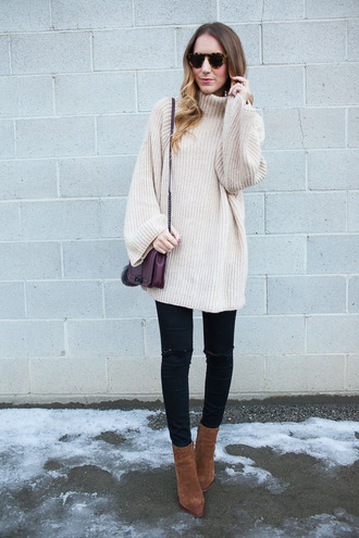 twenties girl style blogger sweater jeans bag shoes sunglasses winter sweater winter outfits ankle boots shoulder bag