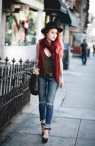 le happy blogger top scarf jeans shoes bag hat