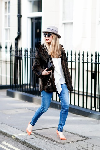 caroline louis pardonmyobsession blogger hat skinny jeans fur coat faux fur coat sunglasses black bag shoulder bag nude heels heels winter outfits fall outfits white top faux fur patent bag