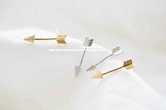 Arrow silver stud earrings/earrings van lettersearring op etsy
