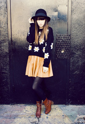 jag lever,skirt,sweater,hat,orange,black,daisy,flowers,boots,brown