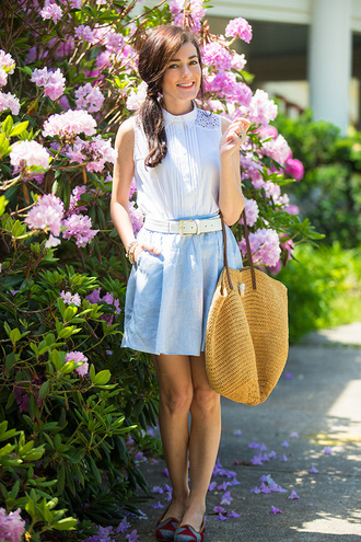 classy girls with pearls blogger blue skirt white blouse beach bag waist belt
