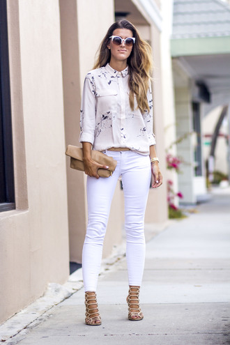 chicstreetstyle blogger blouse jeans sunglasses bag belt shoes jewels white jeans sandals clutch spring outfits shirt