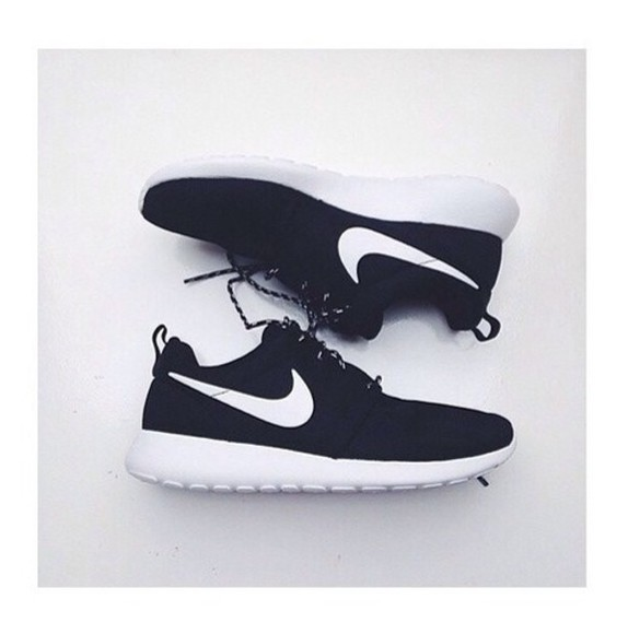 shoes black shoes nike roshe run perfection perf nije roshrun rosh run nike running shoes nike black white shoes tumblr shoes