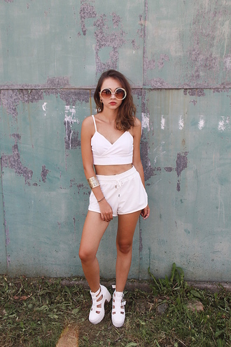 lila janowska blogger all white everything white crop tops white shorts oversized sunglasses round sunglasses