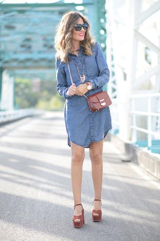 mi aventura con la moda blogger denim dress shirt dress chambray platform heels mini bag
