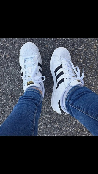 shoes adidas adidas superstars blanc noir baskets sweet look