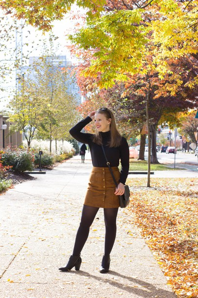 somethinggood blogger skirt tights shoes bag fall outfits crossbody bag button up skirt ankle boots black top