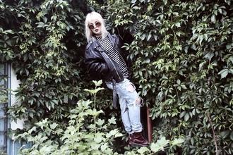 thelma malna blogger t-shirt jeans shoes sunglasses