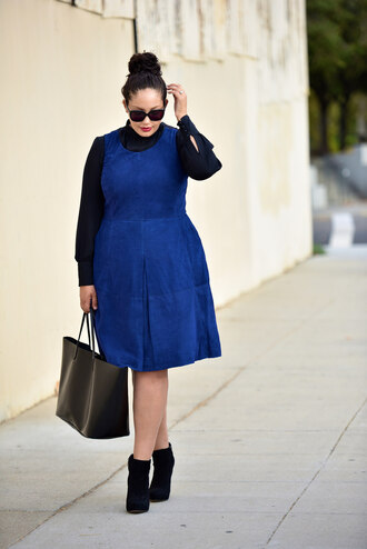 girl with curves blogger dress blouse jewels sunglasses bag shoes make-up plus size dress blue dress boots ankle boots black boots black bag curvy plus size