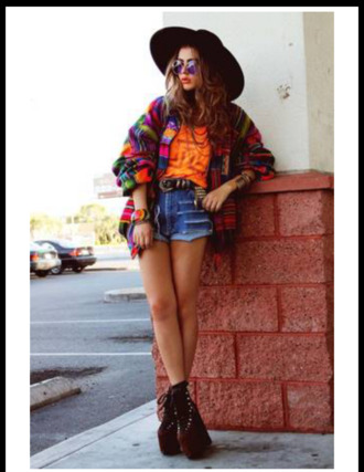 shirt jeans chapeau noir chapeau orange orange top gilet multi-colored sunglasses lunette de soleil black shoes flat shorts