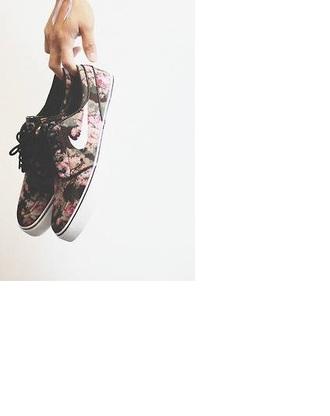 shoes flowered shoes nike nike shoes nike shoes with flowers vintage shoes vintage nike shoes floral flowers vintage vintage nike